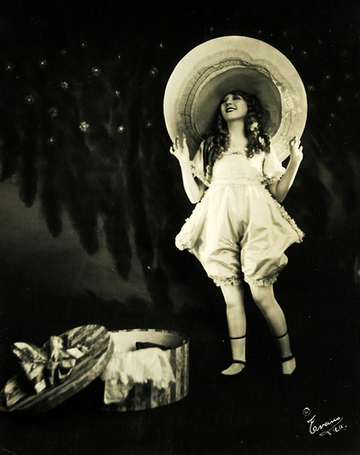 Hollywood stars in ridiculously big hats: Mary Pickford