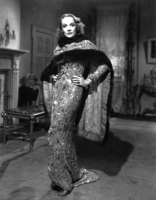 Marlene Dietrich – sparkling and vamping