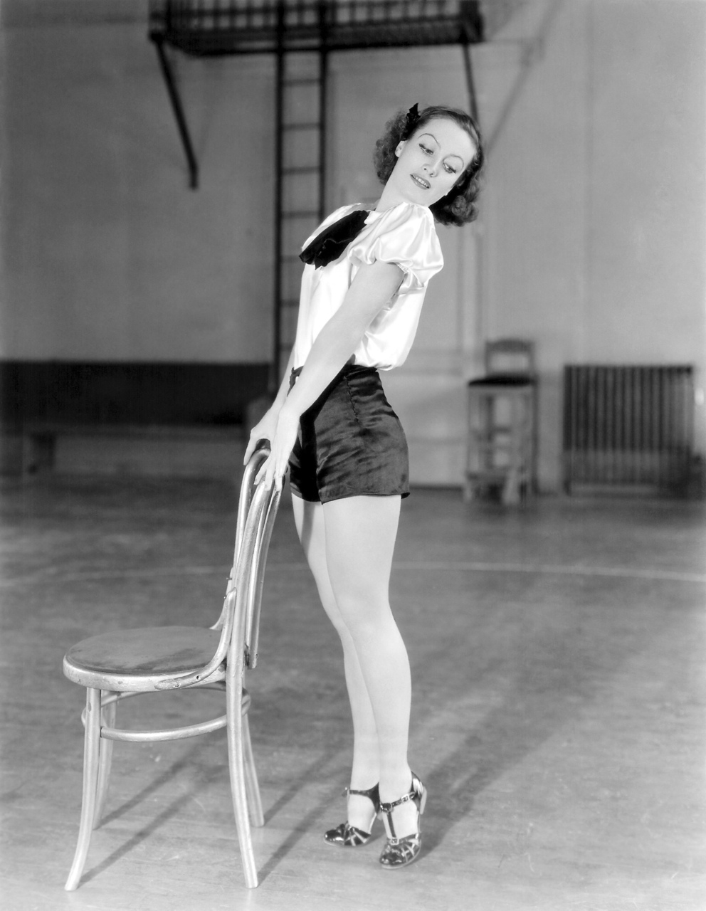 Joan Crawford, showing off her legs (circa 1930)