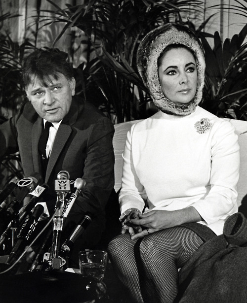 Elizabeth Taylor at a pressconference