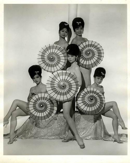 Burlesque dancers withparasols