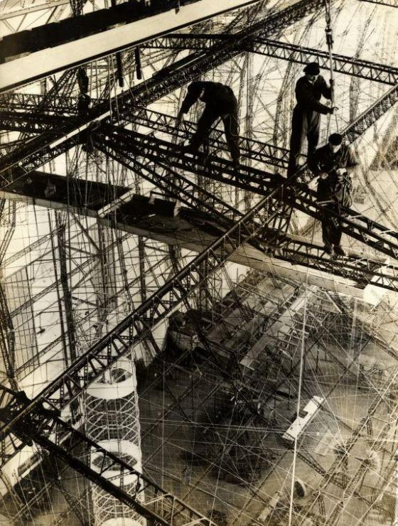 Arbeiders van de Zeppelin-fabriek op grote hoogte bezig met de bouw van het Duitse luchtschip LZ 129 Hindenburg, 1934.
