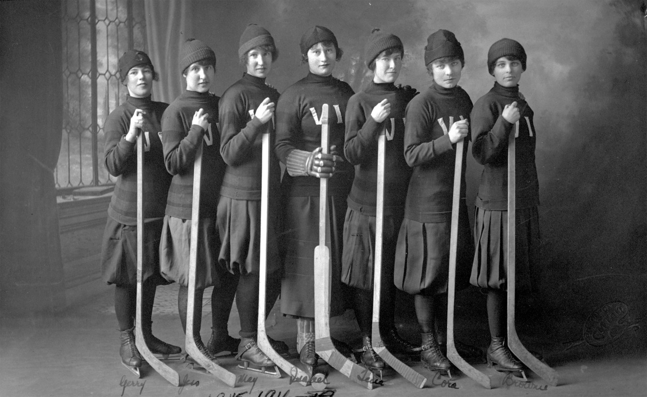Women's hockey team, The Victorias, 1915