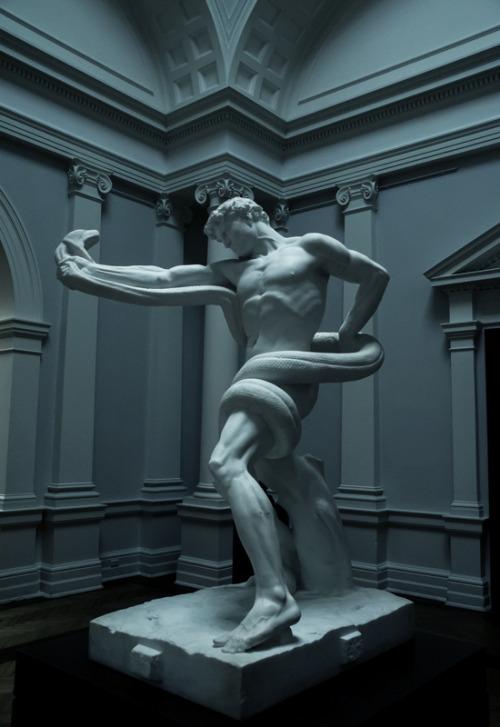 statue 833