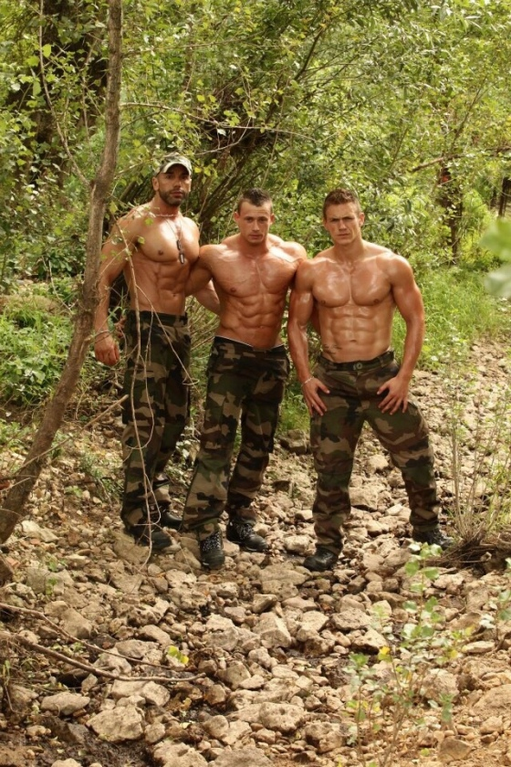 soldiers-shirtless-809