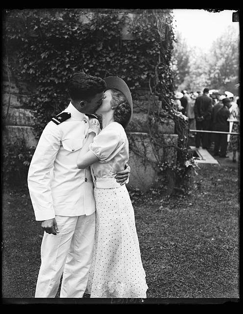naval-cadet-kissing