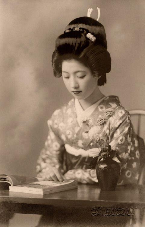 Geiko Toba reading a book, 1938