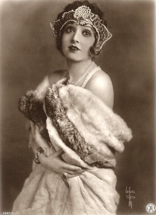 madge-bellamy-1920s-german-postcard