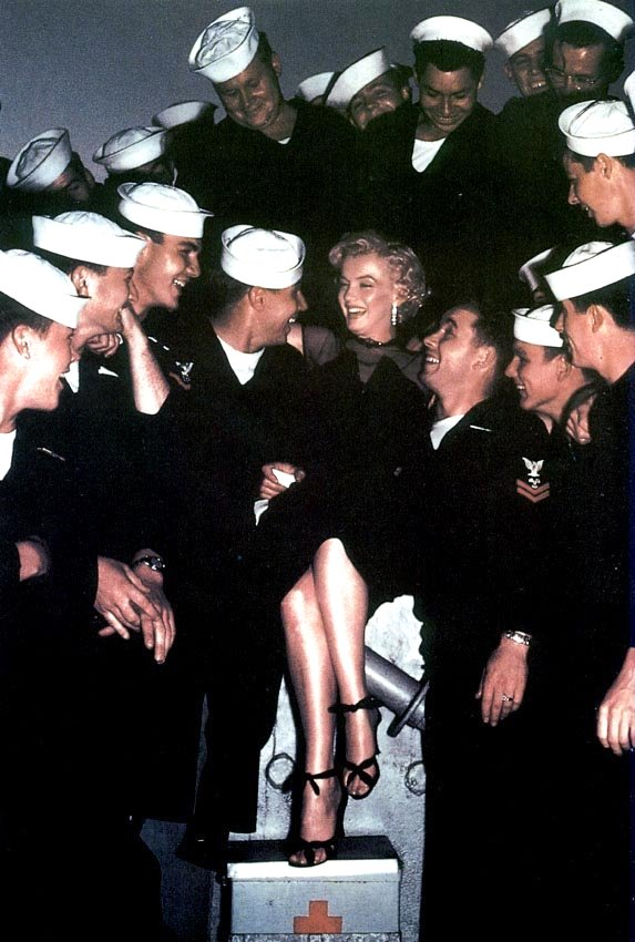 Marilyn Monroe with sailors