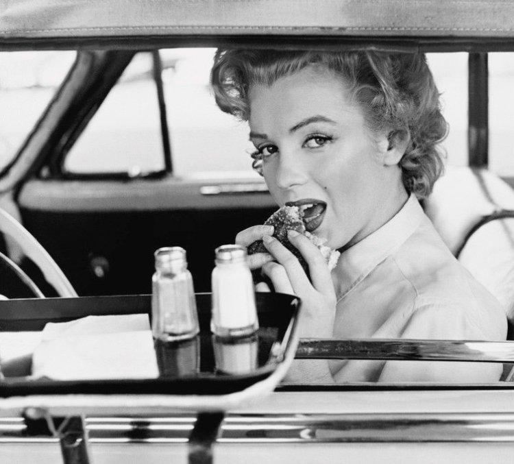 Marilyn Monroe having a hamburger in acar