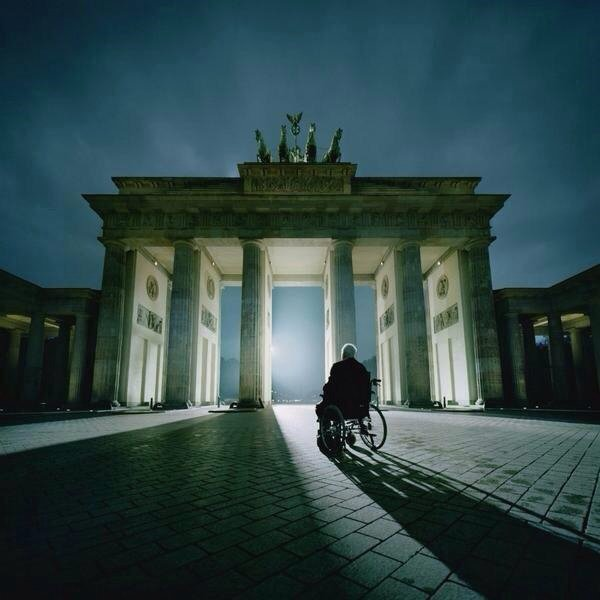 Helmut Kohl at the Brandenburg Gate to commemorate the 25th anniversary of the Berlin Wall coming down