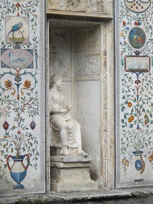 Statue nook, Italy