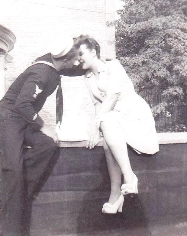 Sailor kissing a girl, WWIIera