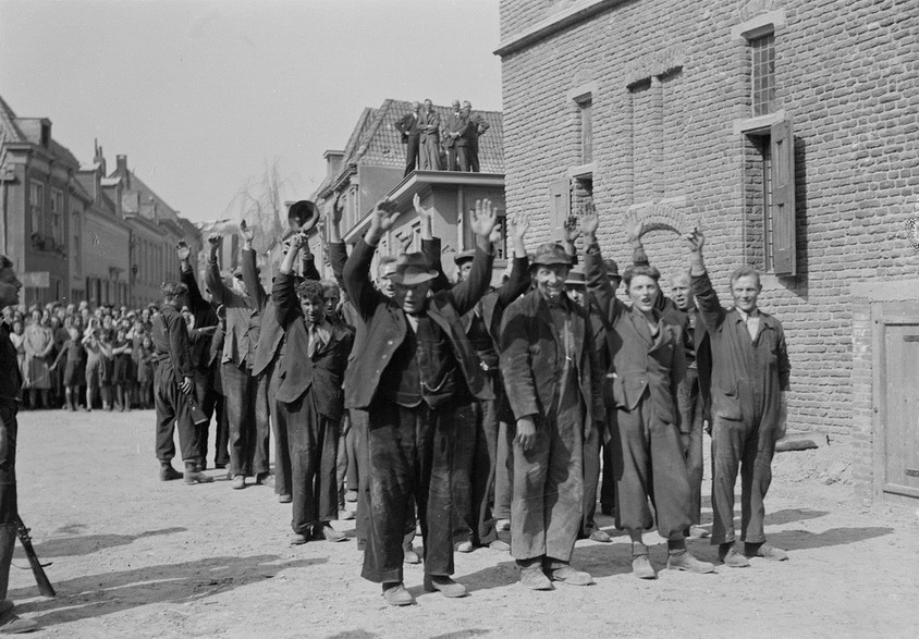 Rounding up Dutch citizens who collaborated with the Nazis, 1945