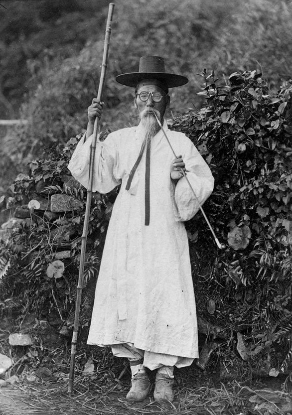 Korean man with a long pipe,1905