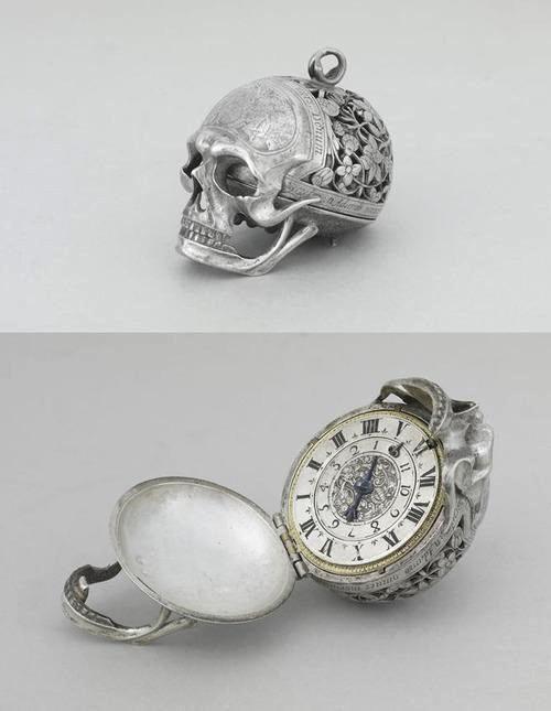 Skull locket clock