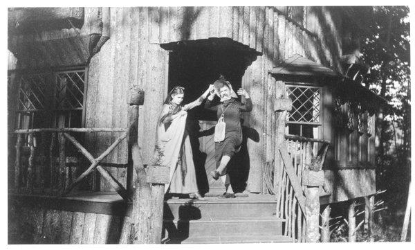 Mark Twain (on right) indrag