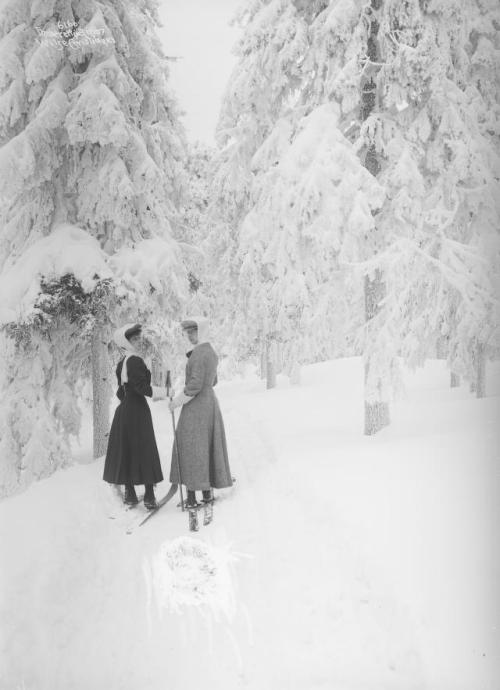 Queen Maud and her sister, Princess Victoria, skiing, Norway,1907