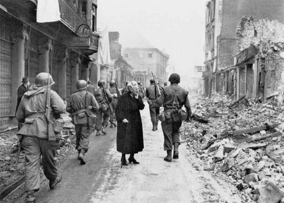 WWII END GERMAN WOMAN AFTER US TROOPS