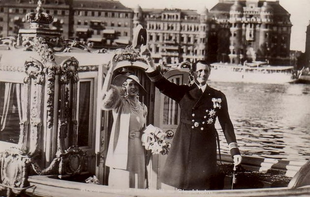 Crown Prince Frederik IX of Sweden and his new wife Ingrid set off for their honeymoon from Stockholm, 1935