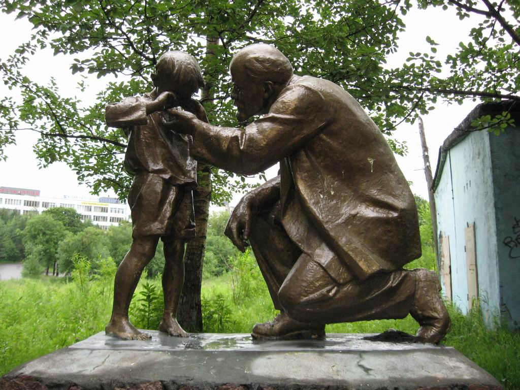Statue of Lenin consoling a cryingboy