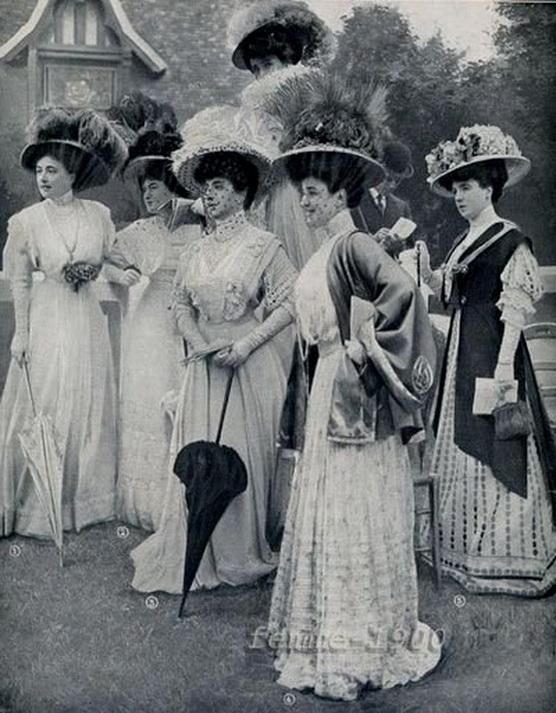 Fashionable women, 1905