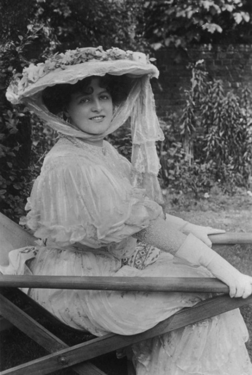 Miss Marie Studholme in a summer hat