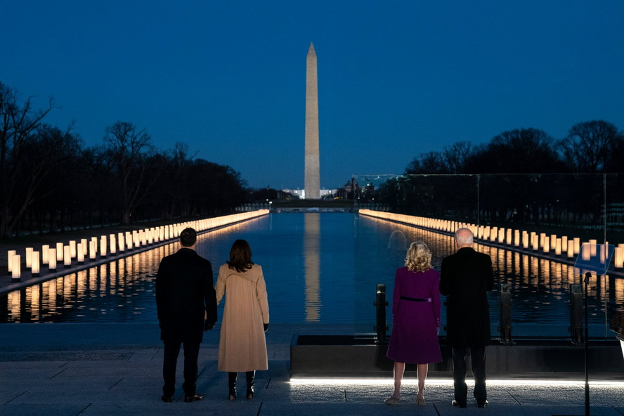 President-Elect and Vice President-Elect with their spouses honouring the 400,000+ Americans who have died in the pandemic lastnight