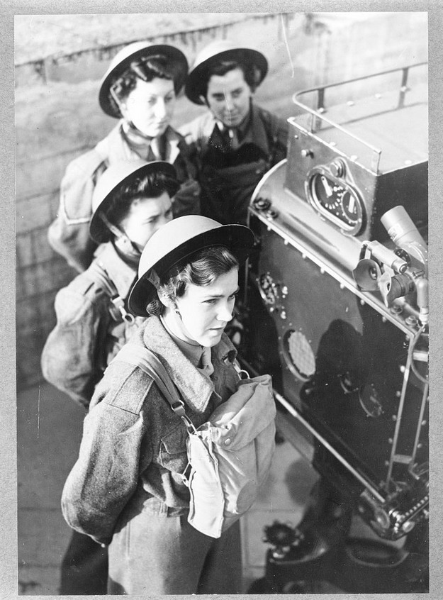 Women operating an anti-aircraft gun in Britain,WWII