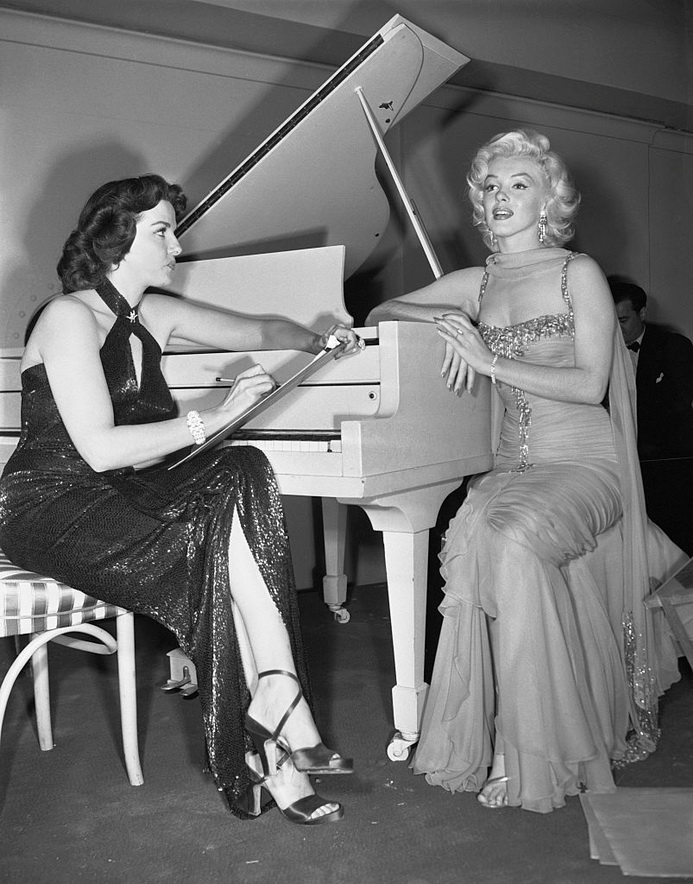 """Jane Russell and Marilyn Monroe during a break in the filming of """"How to Marry a Millionaire"""""""