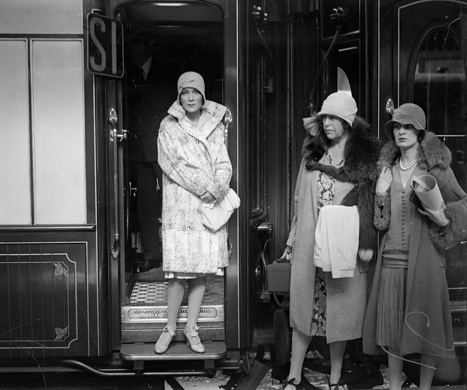 Dolores Del Rio arriving by train,1928