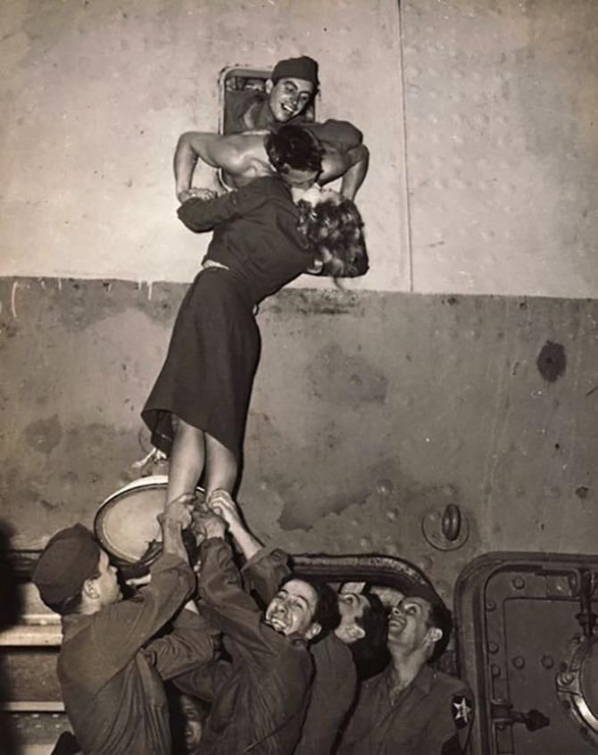 Marlene Dietrich kissing US soldiers,WWII