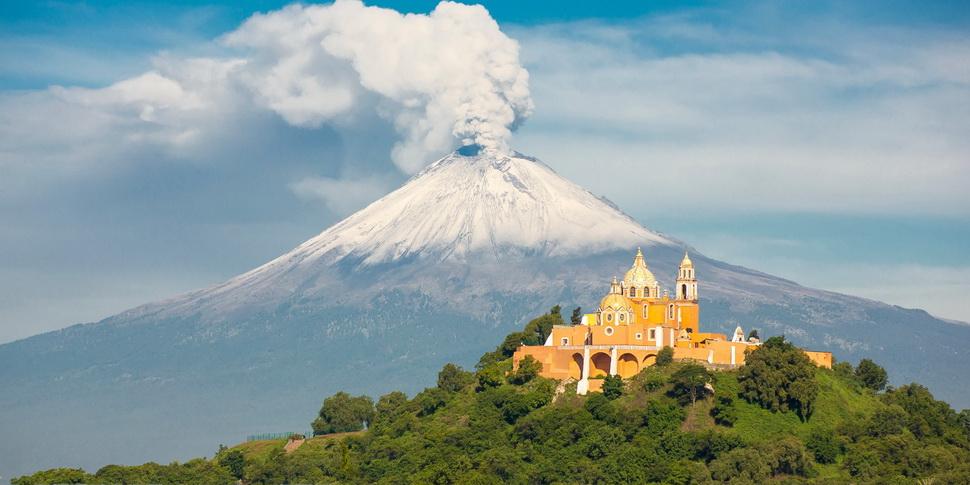 Volcan Popocatepetl y Iglesia de Los Remedios, Cholula,México