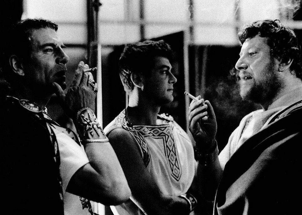 """Laurence Olivier, Tony Curtis, Peter Ustinov taking a smoke break during the filming of """"Spartacus"""", 1960"""