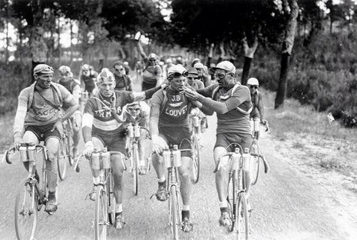 Bicyclists sharing a smoke during the Tour de France,1927
